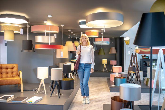 Lampy stojące nowoczesne do różnych wnętrz i ciekawych aranżacji